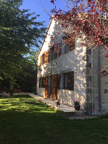 Superior 3 bedroom gite & pool with chateau view