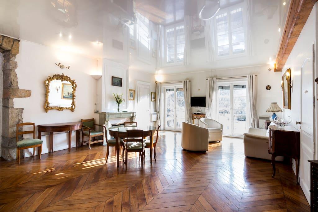 Un salon lumineux donnant sur la place Carnot