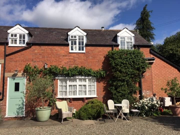 Charming apartment in central Ludlow with parking