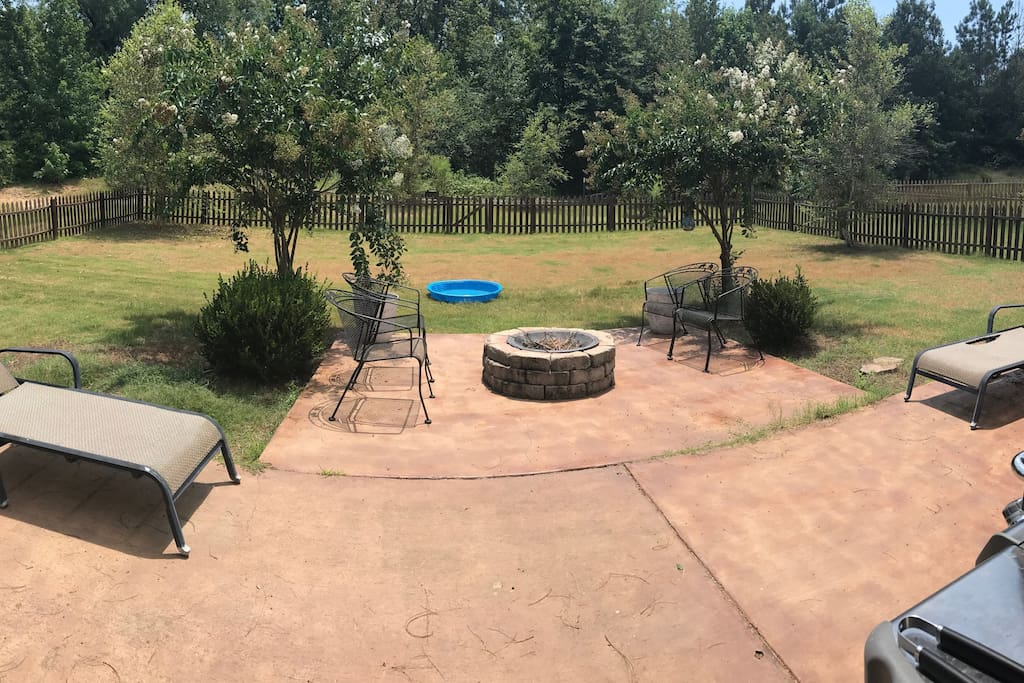 Back Yard- Completely Fenced In!