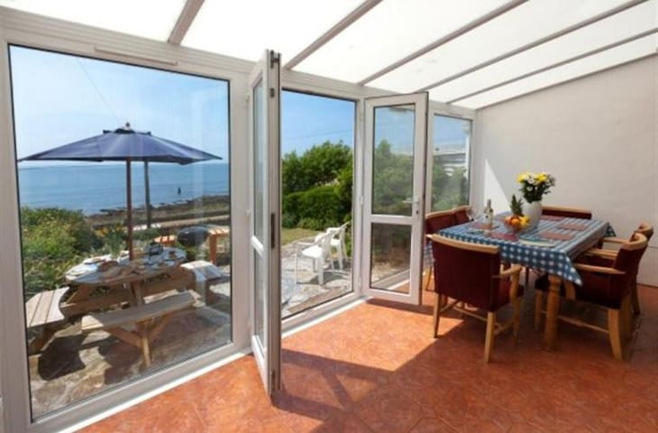 Stunning 2 bedroom cottage looking onto the sea