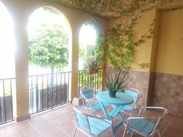 Bonita y tranquila casa adosada, piscina privada - Cúllar Vega - Hus