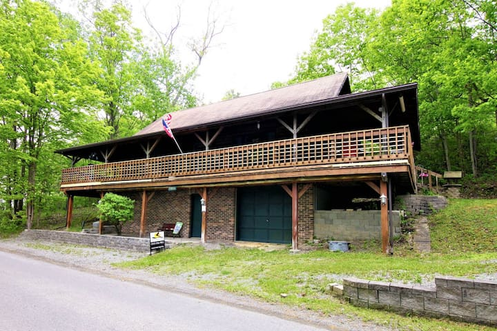Dog-friendly log cabin meets mountain cottage right on Keuka Lake!