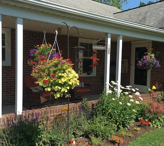 Knotty Pine Guesthouse in beautiful Amish country! - Akron - Dům