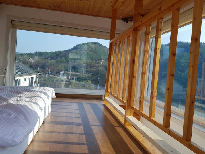 전망좋은 독채 복층형 홍천강과 계곡도보거리  대명오션월드 스키월드 인근 전원주택혜윰 가족룸