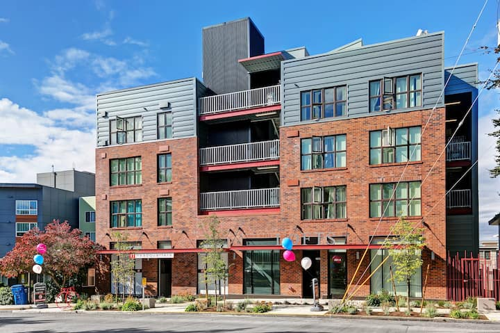 **MONTHLY** Loft lvng in laid-back & hip W Seattle