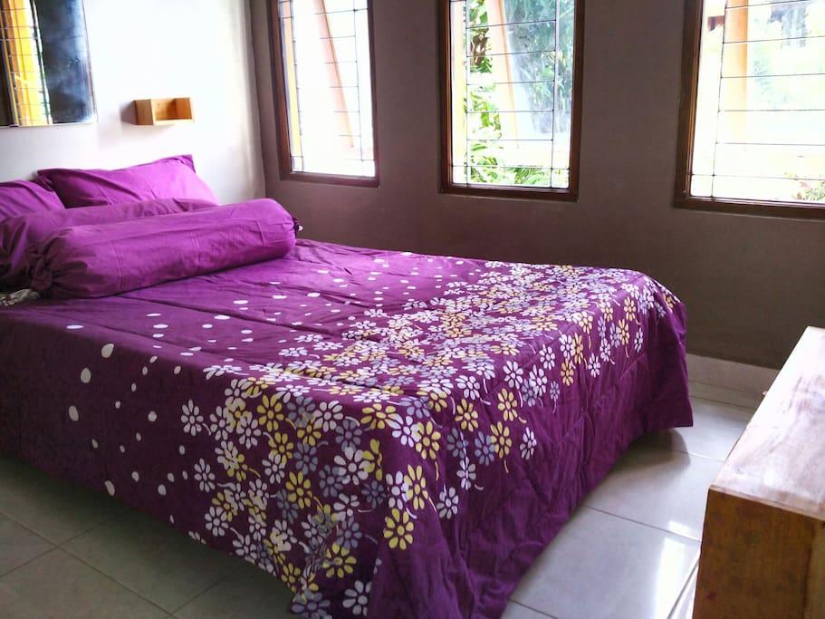 Kamar tidur dengan 2 bed ukuran 90 & 120 ada di lantai atas.