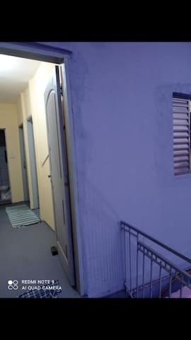 Apartamento, são dois quartos privados com 1 banheiro, OPÇÃO ate 3 adultos e um bebê grátis por quarto. ou uma família com 6 pessoas e 2 bebês, ou 6 amigos nos 2 quartos, o valor anunciado é por quarto.