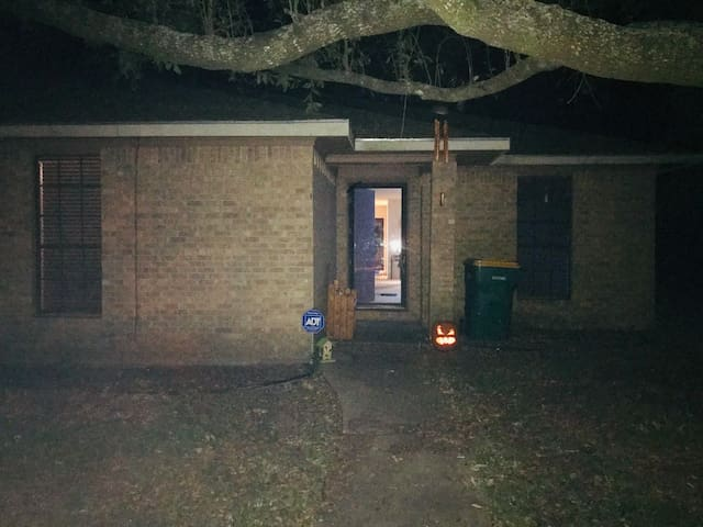 Private 2/2 house/duplex. Pets & Smokers Invited!