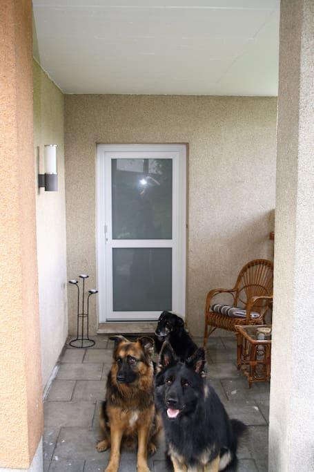 Wohnungseingang mit Wachpersonal
