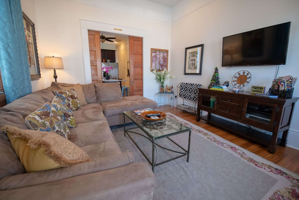 Living room with Smart TV and Cable
