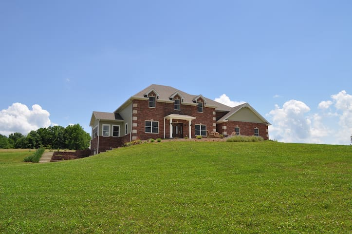 Celavora Estate outside of IU - Ellettsville - Hus