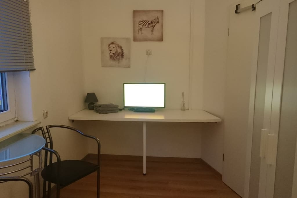 24 Zoll Flachbild-Fernseher mit Sat-TV und ein Tisch zum arbeiten.