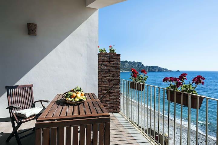 Appartement récent avec terrasse à Taormina