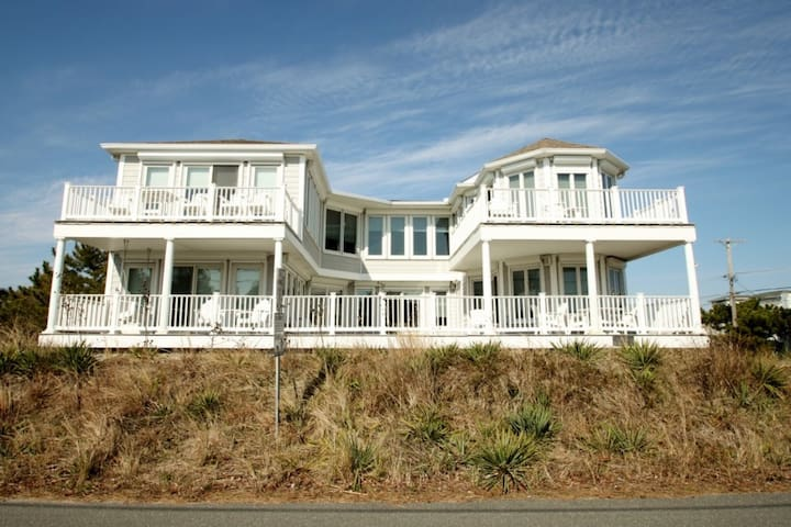2nd House to the Ocean, Elegant Luxury for 10 with Pool, Elevator, Game Room. May & June Wks Avail!! - Fenwick Island - บ้าน