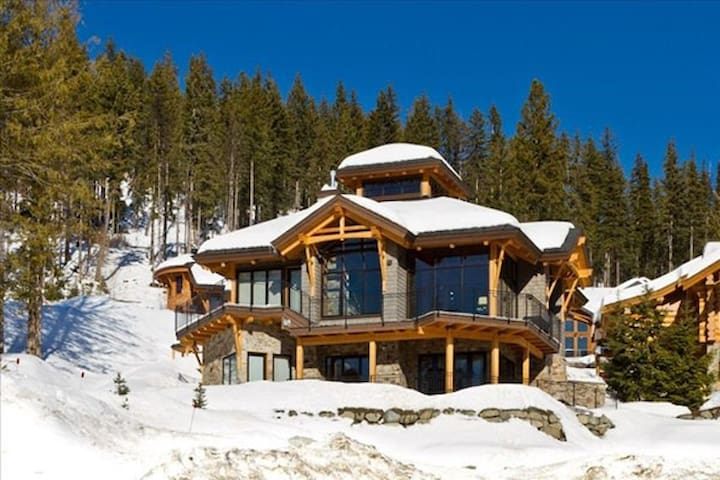Moosehead Lodge:Luxury 4BD Chalet, Private Hot Tub
