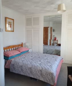 Light & Spacious Double Room Close To Town Centre