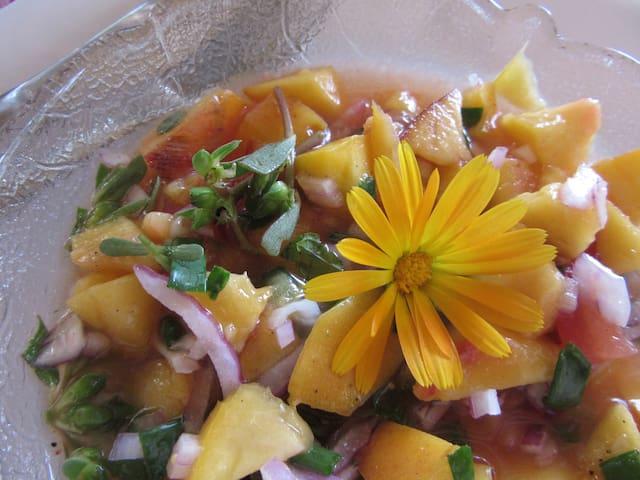 Salat mit Zwiebel, Portulak, Tomaten und Ringelblumen aus unserem Garten.