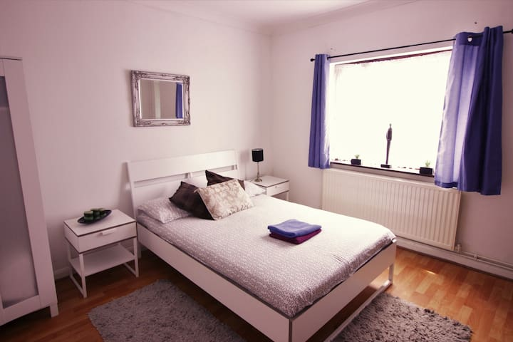 (50AST-1)PRIVATE ROOM FOR 4 NEAR MILE END PARK