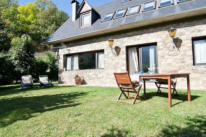 Casa Lola Pirene. ¿Quieres descubrir los Pirineos?