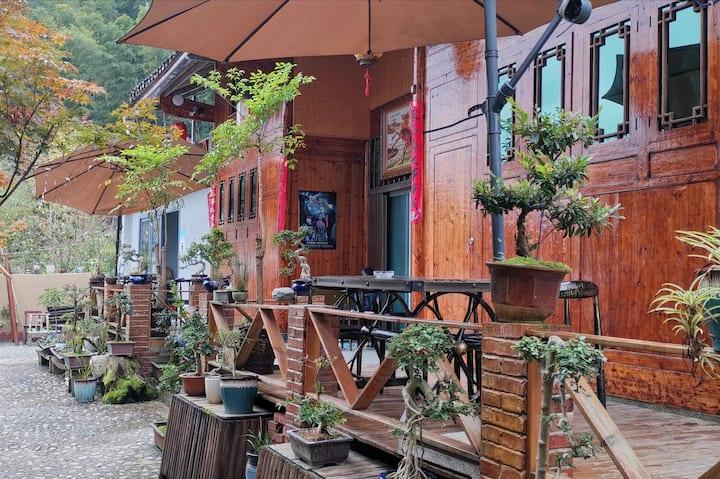梵净山幻林小院\连栋土家特色复式木楼\距景区东山门150米(步行五分钟)\休闲小庭院