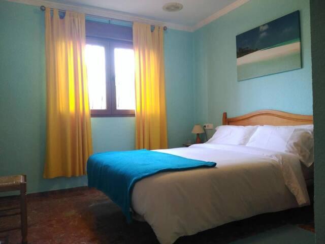 Habitación 3 (cama matrimonial de 135cms) Room 3 (double bed 135cms)