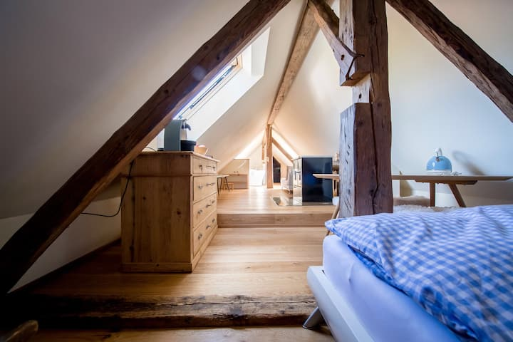 Romantische kleine Dachloftwohnung mit Whirlwanne