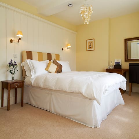 The Gold Room at Grove Farm House Bed & Breakfast