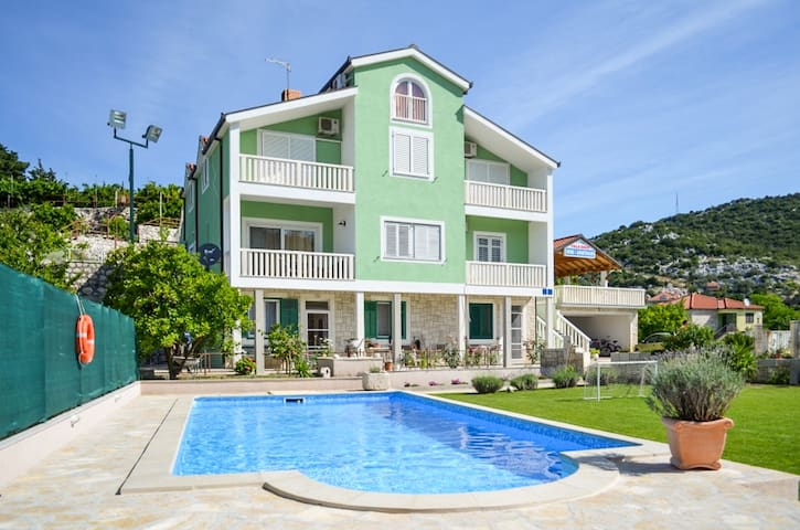 Sunny apartment with swimming pool - Ploce - อพาร์ทเมนท์