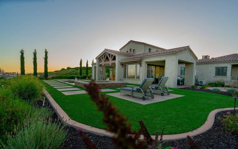 Villa with gorgeous vineyard view, pool/spa/BBQ