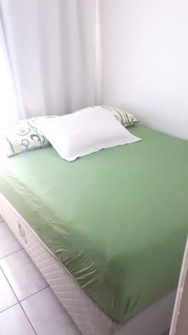 Quarto individual cama casal lugar arejado