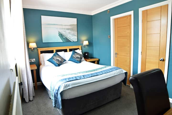 En-suited, Modern Room in the Dovedale Hotel