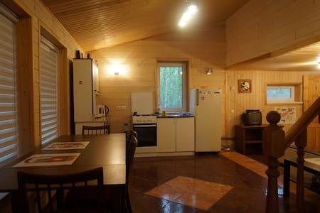 Уютный коттедж на 2 семьи в Вырице. - Vyritsa - Allotjament sostenible a la natura