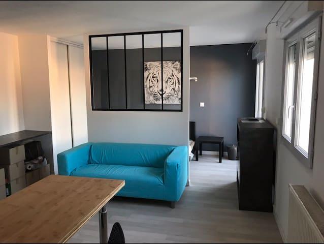 Grand studio design, emplacement ideal