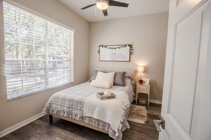 2019 Renovated Loft Apartment-2 Blocks From UF