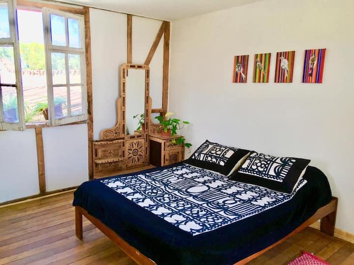 Habitación luminosa e independiente