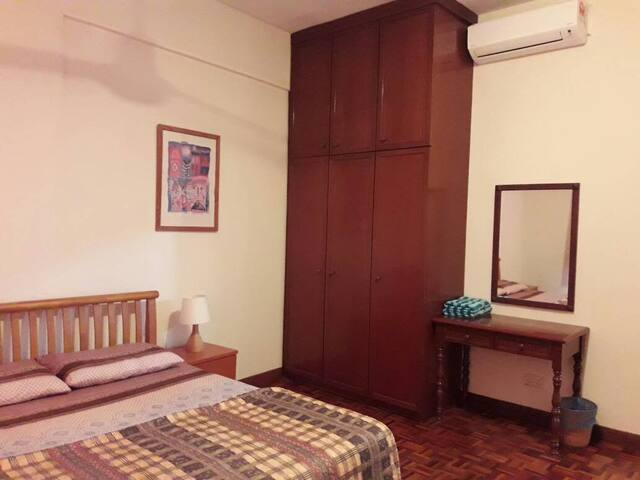 Single bedroom with closet
