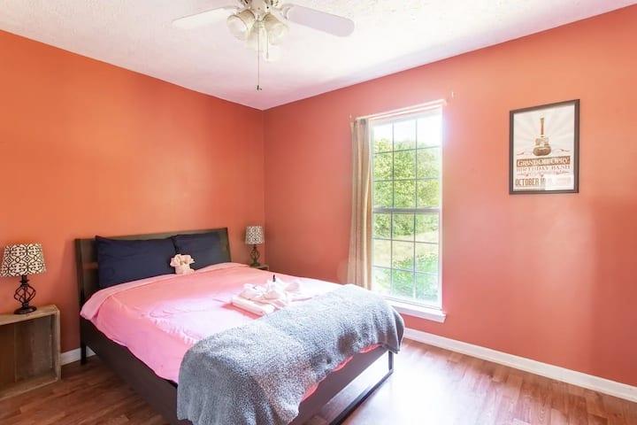 Comfy Room on Farm, Priv Bath, 17 Min to Downtown