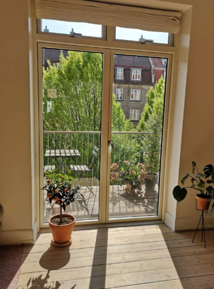 Perfekt beliggende lejlighed med solrig altan