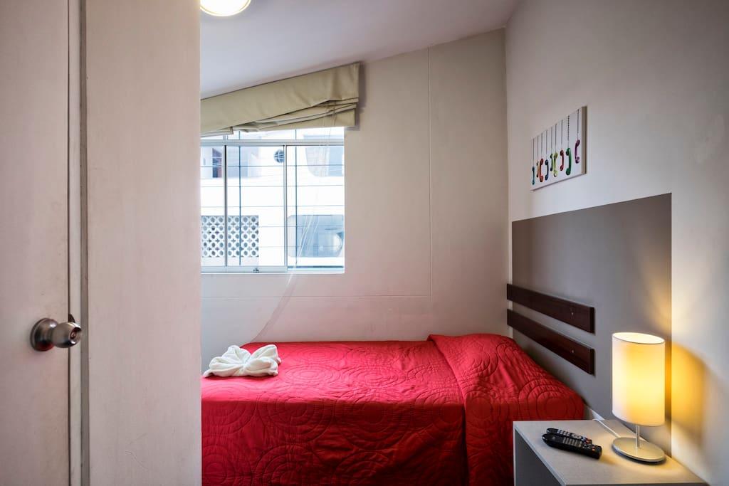 La habitacion single es para una sola persona funcional y acogedora