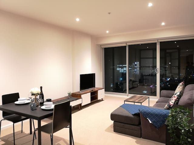CBD High Level 1-bedroom Apartment Square View #1
