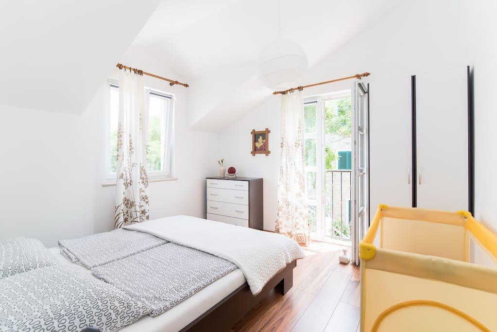 Schlafzimmer mit franz. Balkon u. Kinderbett