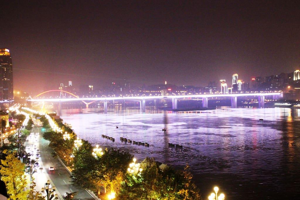 向左:楼下这条灯火大道就是重庆四条滨江路中最美的——南滨路,没有之一哦!