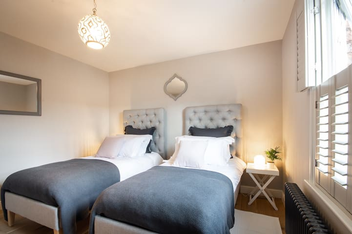 Twin or super king bedroom