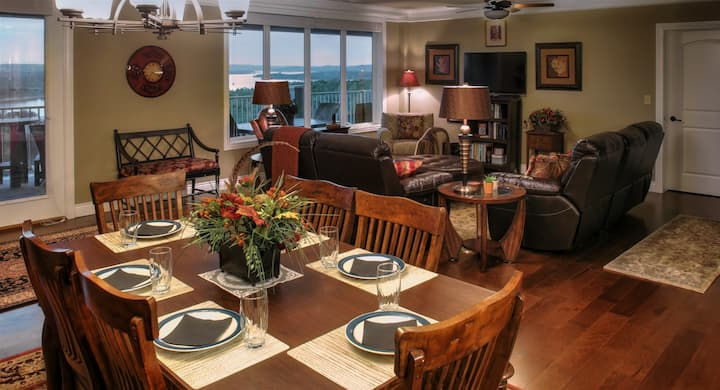 Incredible Lake View! Xlarge Luxury Condo, Family-Friendly, Table Rock Lake, SDC 1 mile