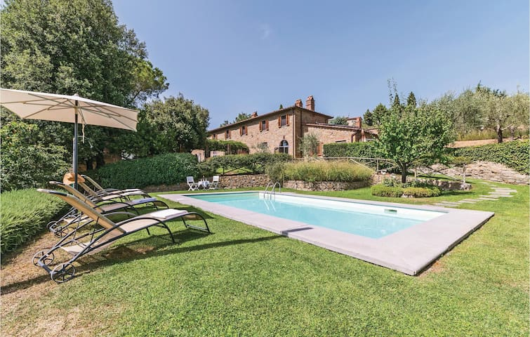 Holiday cottage with 4 bedrooms on 400 m² in Pergo di Cortona AR