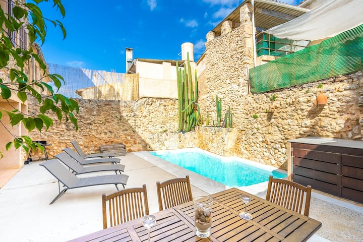 Lovely house with private outdoor jacuzzi pool + views of city and mountains!