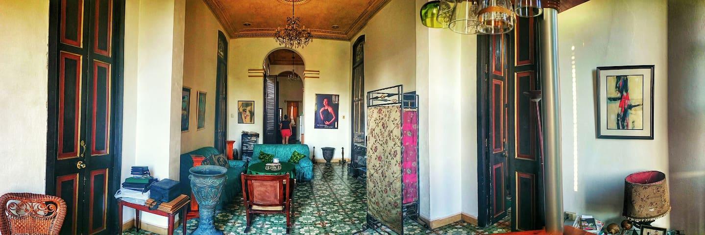 Casa Colonial en La Habana Vieja , CUBA