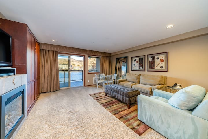 Grandview River View 625! Luxury Waterfront condo, sleeps up to 6!