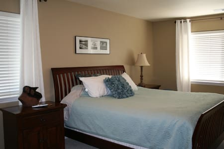 Beautiful Master Suite and Bath W/Private Entrance - Citrus Heights - Haus